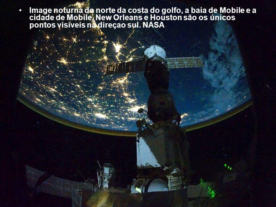 Image noturna do norte da costa do golfo, a baia de Mobile e a cidade de Mobile, New Orleans e Houston são os únicos pontos visiveis na direçao sul.