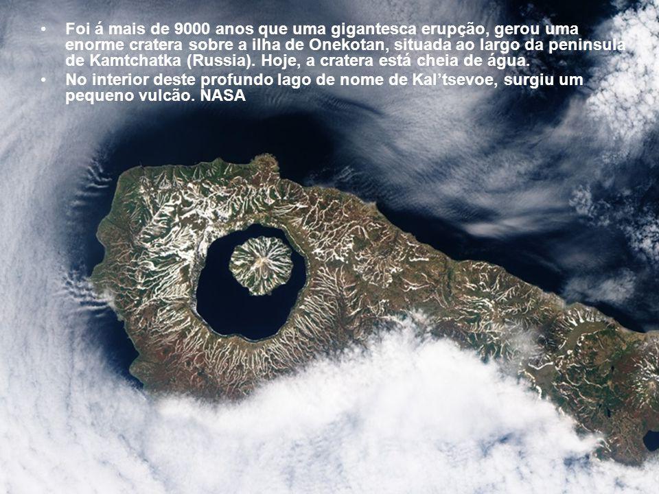 Foi á mais de 9000 anos que uma gigantesca erupção, gerou uma enorme cratera sobre a ilha de Onekotan, situada ao largo da peninsula de Kamtchatka (Russia). Hoje, a cratera está cheia de água.
