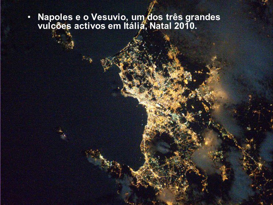Napoles e o Vesuvio, um dos três grandes vulcões activos em Itália, Natal 2010.