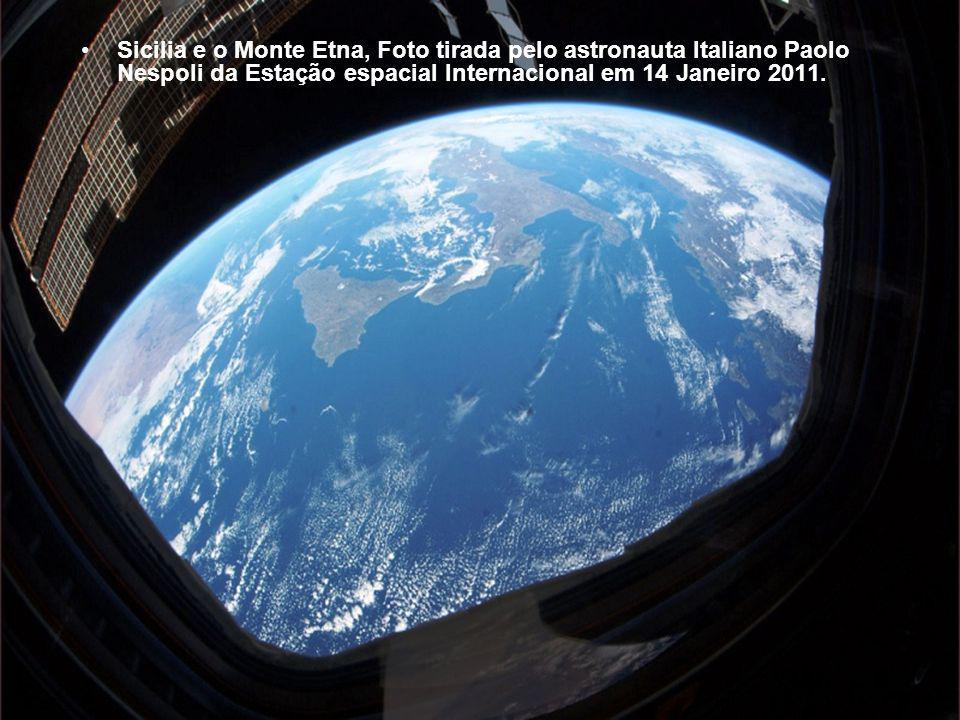 Sicilia e o Monte Etna, Foto tirada pelo astronauta Italiano Paolo Nespoli da Estação espacial Internacional em 14 Janeiro 2011.