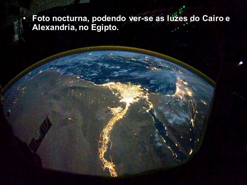 Foto nocturna, podendo ver-se as luzes do Cairo e Alexandria, no Egipto.