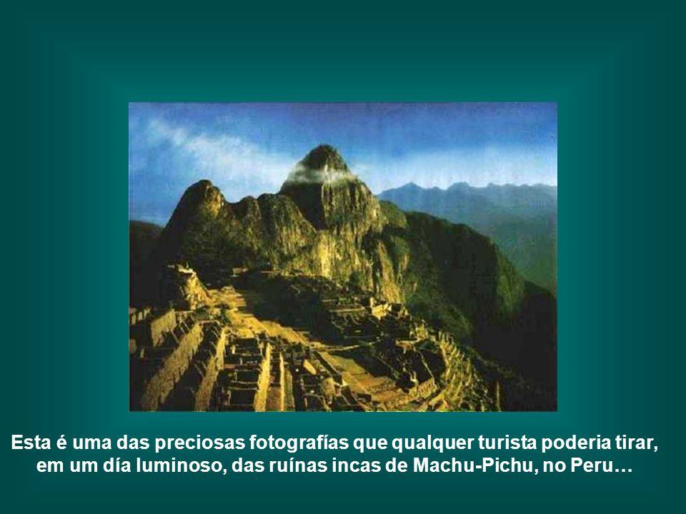 Esta é uma das preciosas fotografías que qualquer turista poderia tirar, em um día luminoso, das ruínas incas de Machu-Pichu, no Peru…