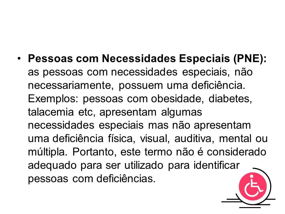 Pessoas com Necessidades Especiais (PNE): as pessoas com necessidades especiais, não necessariamente, possuem uma deficiência.