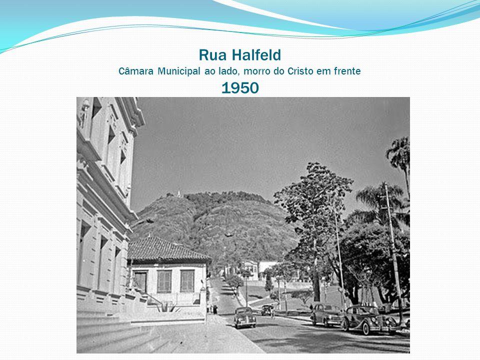 Rua Halfeld Câmara Municipal ao lado, morro do Cristo em frente 1950