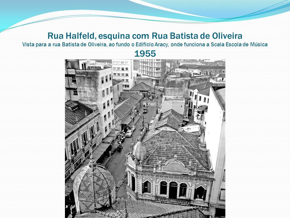 Rua Halfeld, esquina com Rua Batista de Oliveira Vista para a rua Batista de Oliveira, ao fundo o Edifício Aracy, onde funciona a Scala Escola de Música 1955