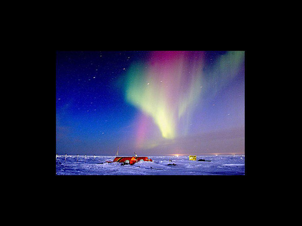 Nas regiões próximas aos pólos do planeta é possível visualizar as auroras polares, que são fenômenos ópticos brilhantes observáveis no céu durante a noite.
