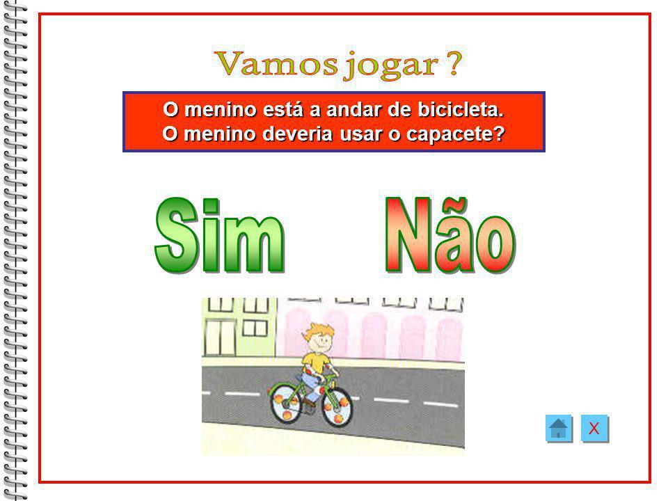 O menino está a andar de bicicleta. O menino deveria usar o capacete