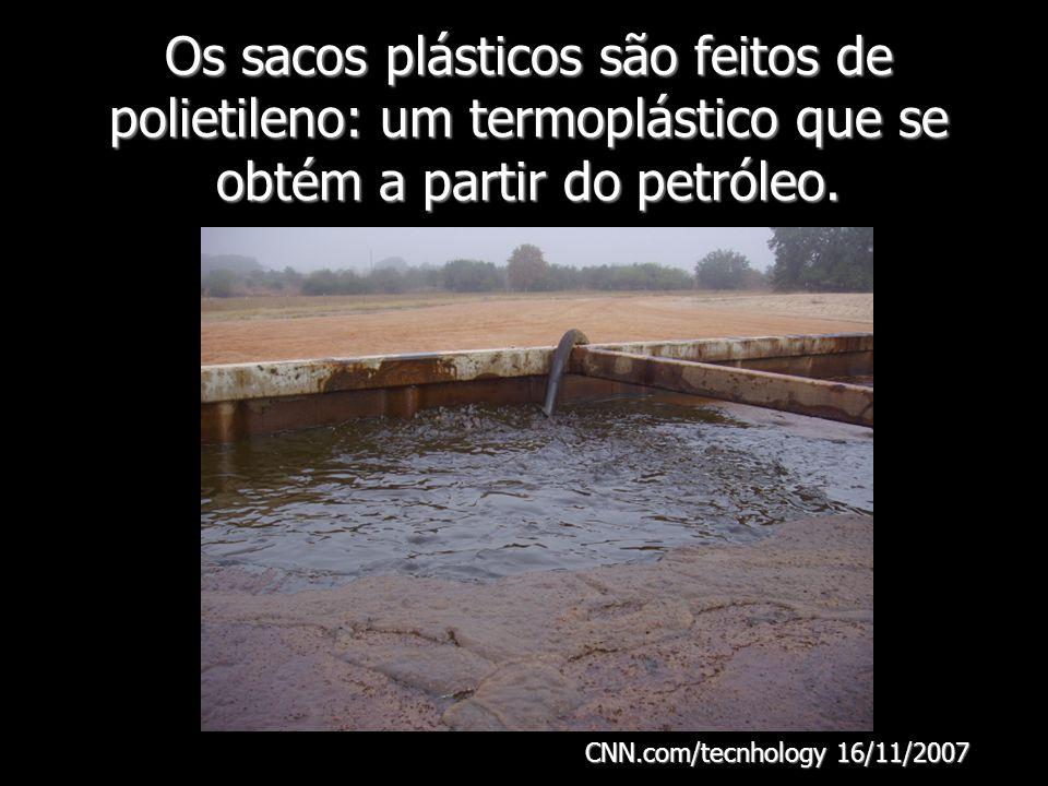 Os sacos plásticos são feitos de polietileno: um termoplástico que se obtém a partir do petróleo.