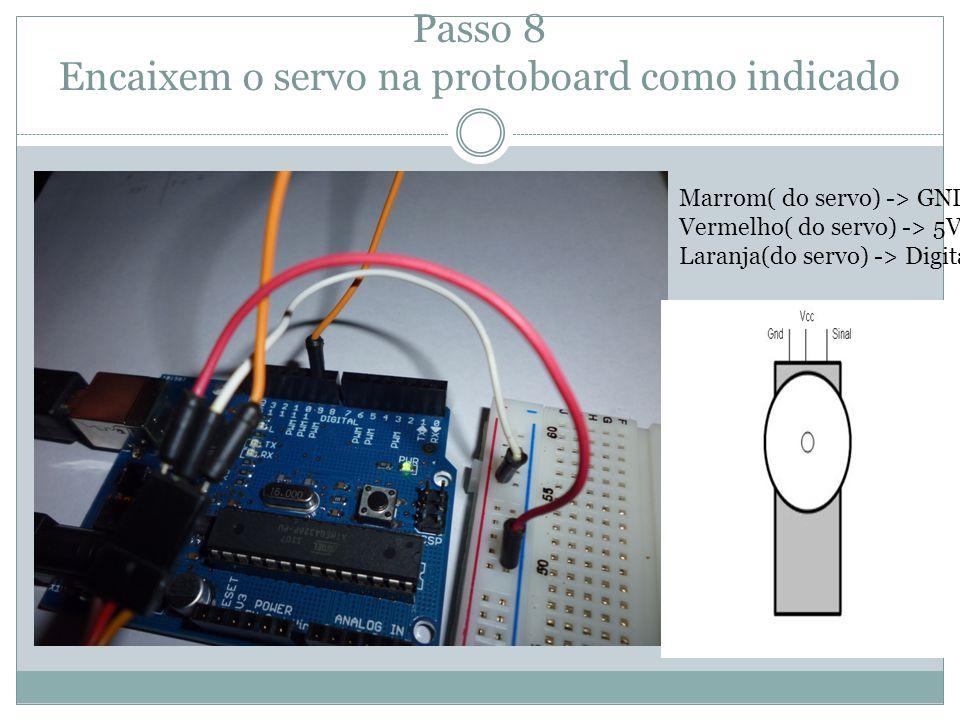 Passo 8 Encaixem o servo na protoboard como indicado