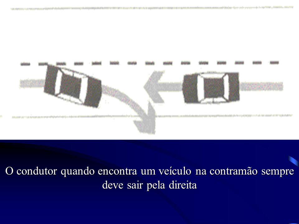 O condutor quando encontra um veículo na contramão sempre deve sair pela direita
