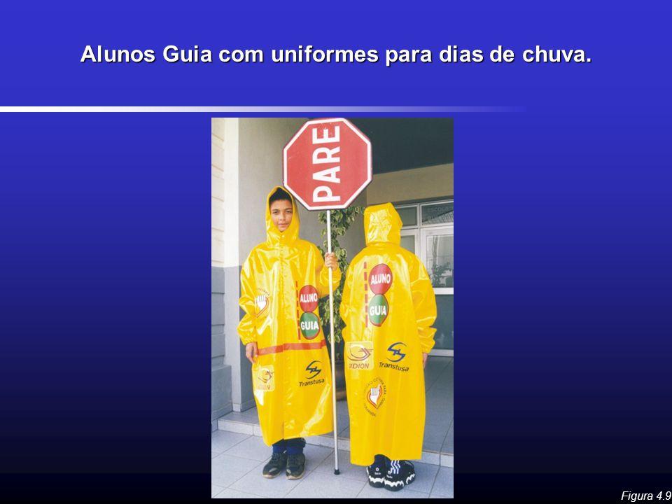 Alunos Guia com uniformes para dias de chuva.