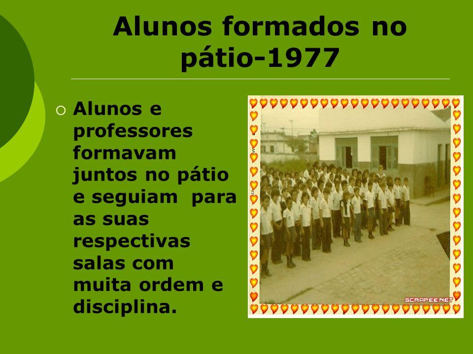 Alunos formados no pátio-1977