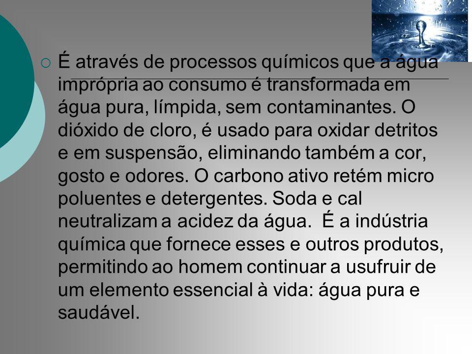 É através de processos químicos que a água imprópria ao consumo é transformada em água pura, límpida, sem contaminantes.