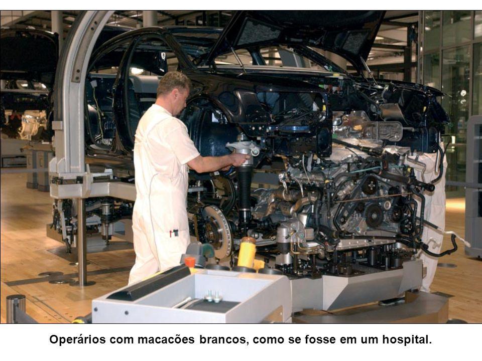 Operários com macacões brancos, como se fosse em um hospital.