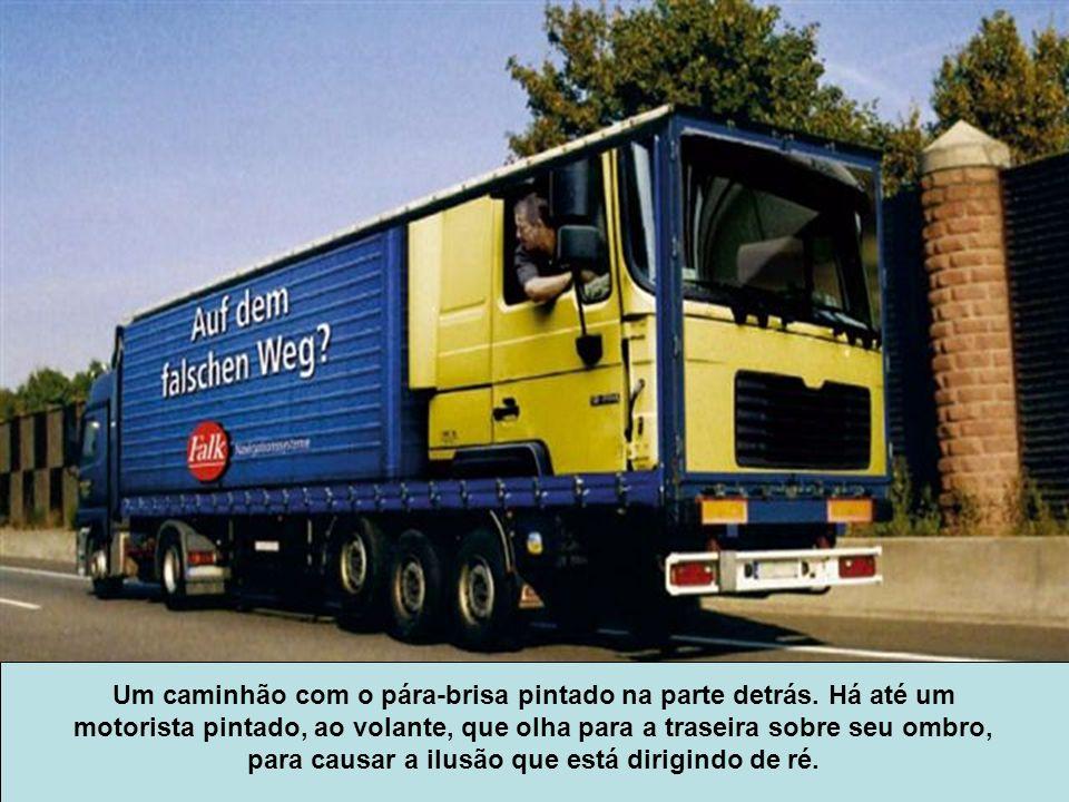 Um caminhão com o pára-brisa pintado na parte detrás