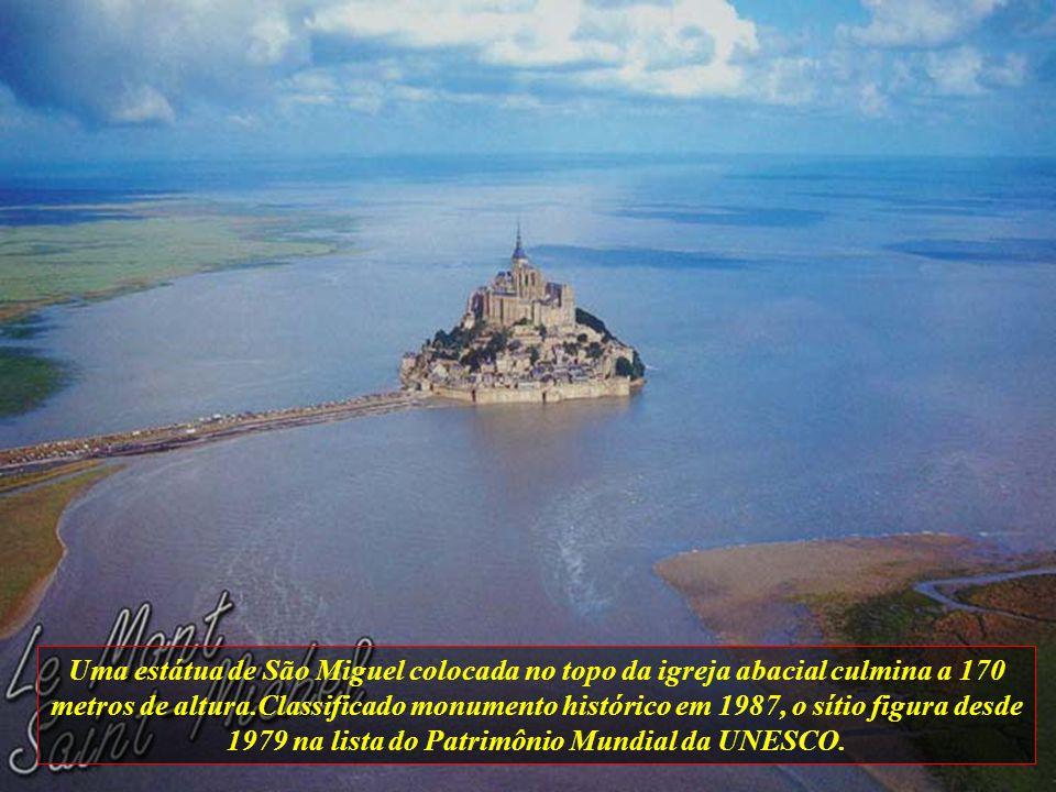 Uma estátua de São Miguel colocada no topo da igreja abacial culmina a 170 metros de altura.Classificado monumento histórico em 1987, o sítio figura desde 1979 na lista do Patrimônio Mundial da UNESCO.