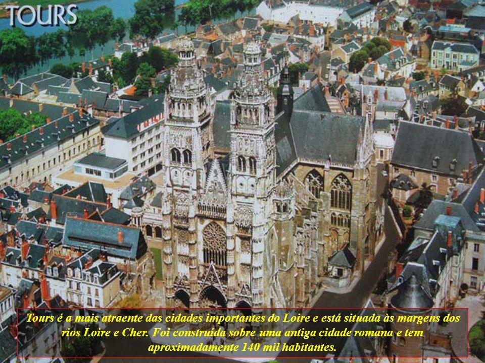Tours é a mais atraente das cidades importantes do Loire e está situada às margens dos rios Loire e Cher.