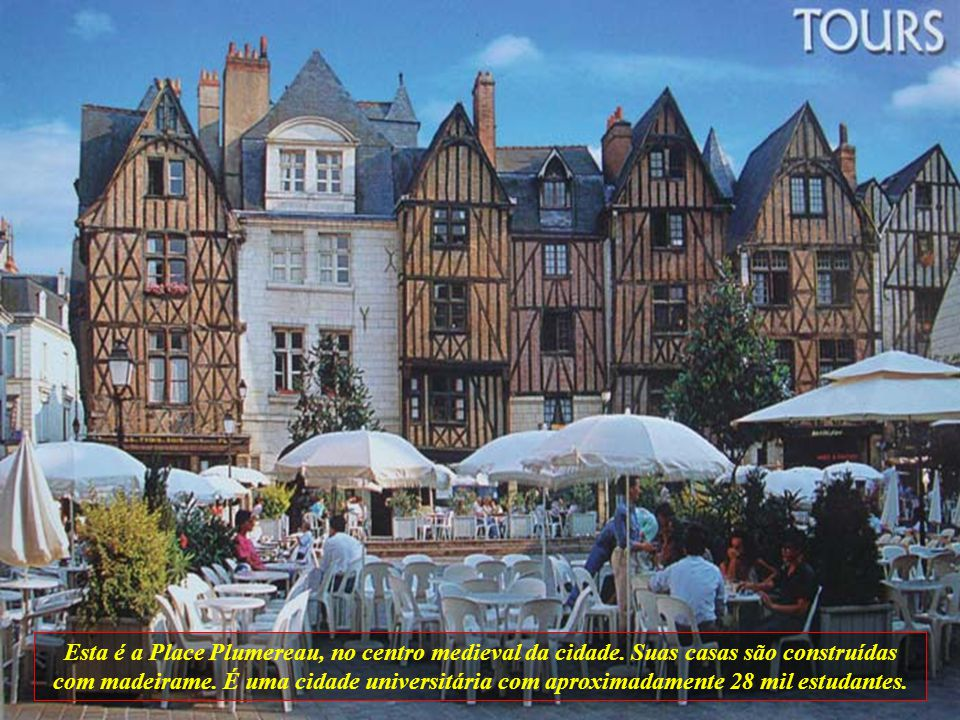 Esta é a Place Plumereau, no centro medieval da cidade