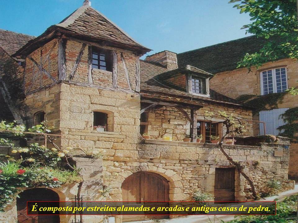 É composta por estreitas alamedas e arcadas e antigas casas de pedra.