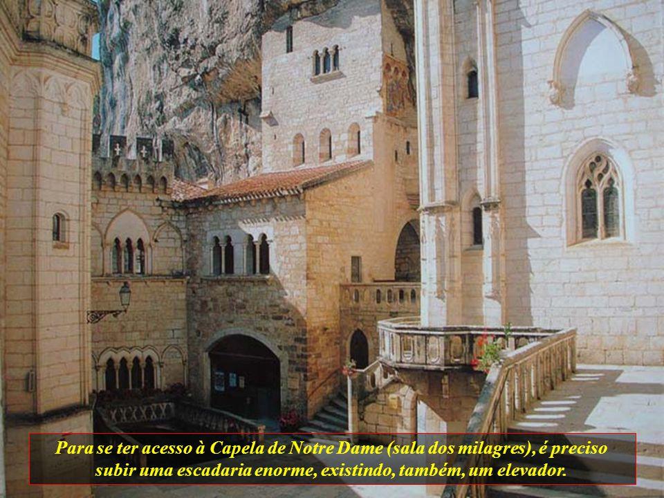 Para se ter acesso à Capela de Notre Dame (sala dos milagres), é preciso subir uma escadaria enorme, existindo, também, um elevador.