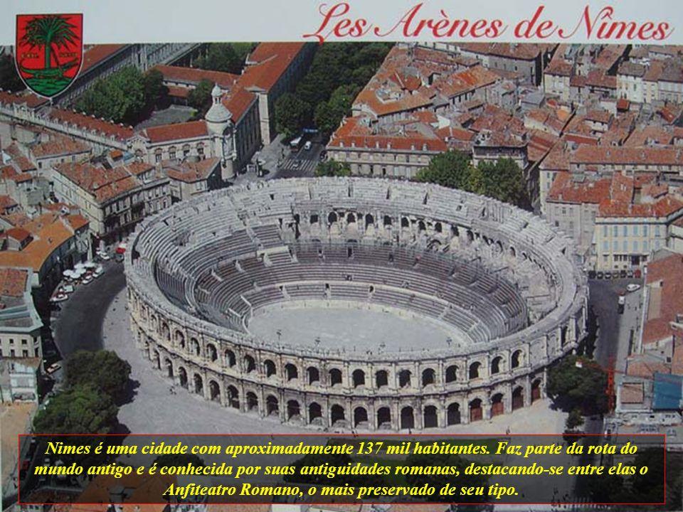 Nimes é uma cidade com aproximadamente 137 mil habitantes