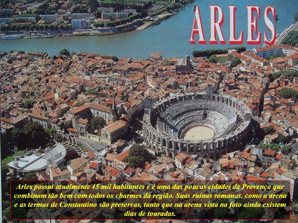 Arles possui atualmente 45 mil habitantes e é uma das poucas cidades da Provença que combinam tão bem com todos os charmes da região.