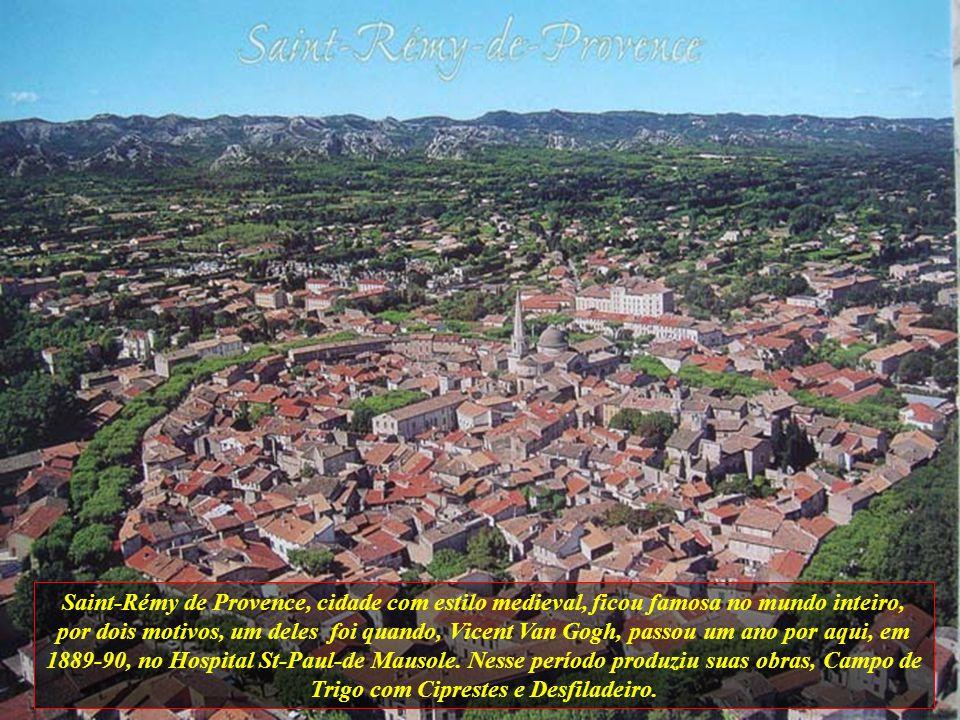 Saint-Rémy de Provence, cidade com estilo medieval, ficou famosa no mundo inteiro, por dois motivos, um deles foi quando, Vicent Van Gogh, passou um ano por aqui, em 1889-90, no Hospital St-Paul-de Mausole.