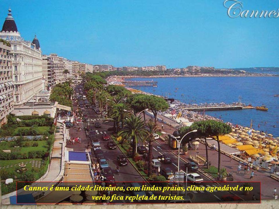Cannes é uma cidade litorânea, com lindas praias, clima agradável e no verão fica repleta de turistas.