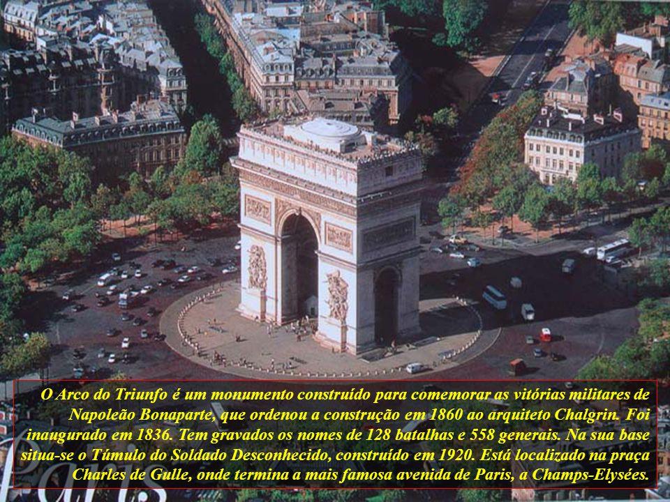 O Arco do Triunfo é um monumento construído para comemorar as vitórias militares de Napoleão Bonaparte, que ordenou a construção em 1860 ao arquiteto Chalgrin.