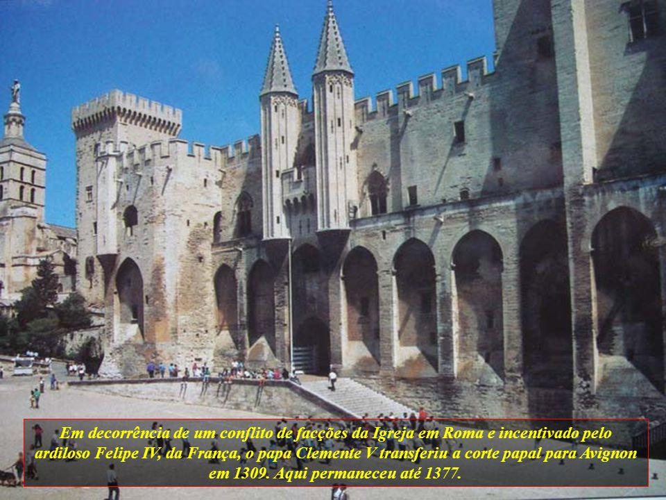 Em decorrência de um conflito de facções da Igreja em Roma e incentivado pelo ardiloso Felipe IV, da França, o papa Clemente V transferiu a corte papal para Avignon em 1309.