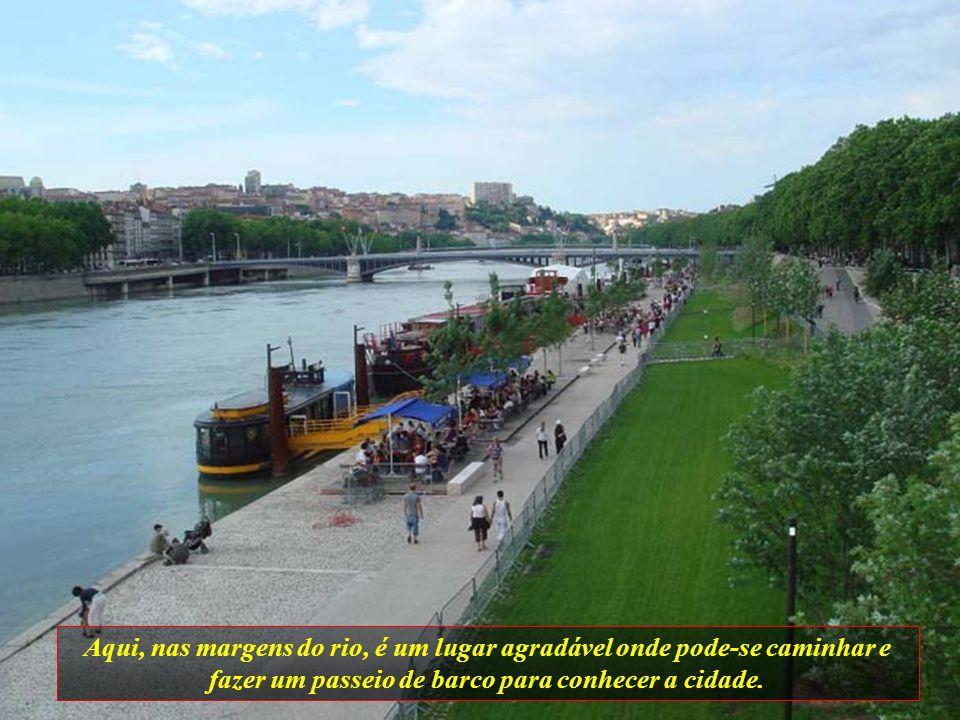 Aqui, nas margens do rio, é um lugar agradável onde pode-se caminhar e fazer um passeio de barco para conhecer a cidade.