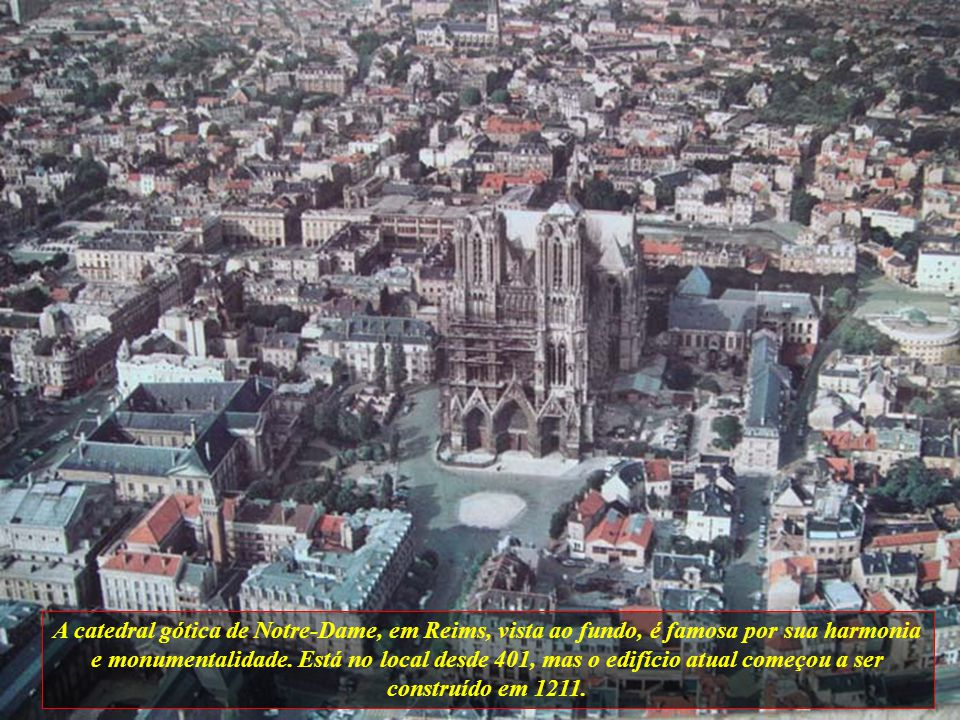 A catedral gótica de Notre-Dame, em Reims, vista ao fundo, é famosa por sua harmonia e monumentalidade.
