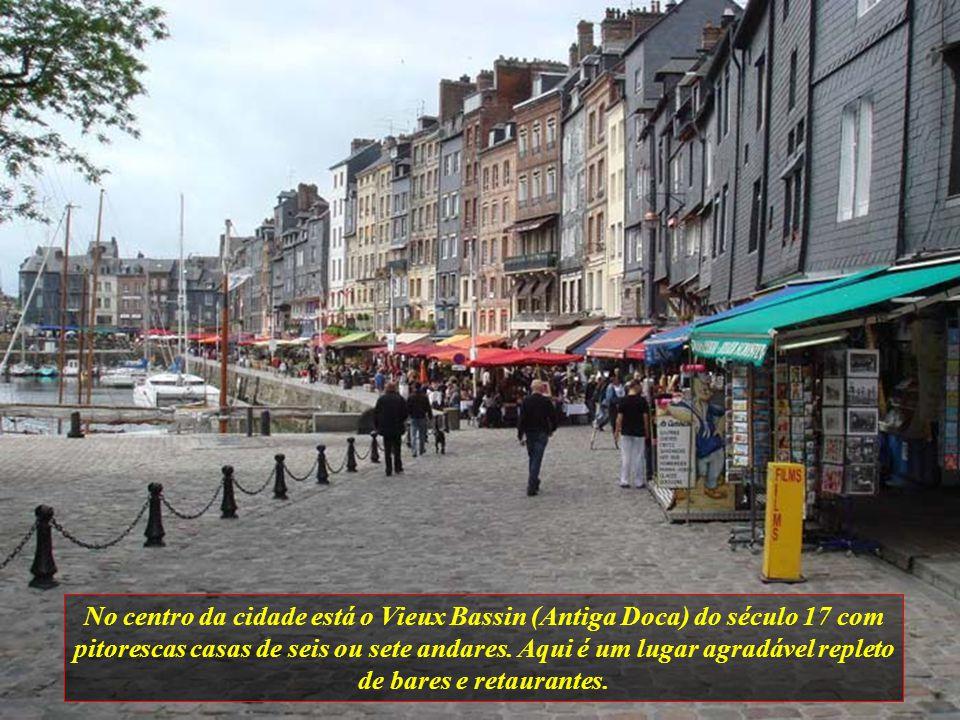 No centro da cidade está o Vieux Bassin (Antiga Doca) do século 17 com pitorescas casas de seis ou sete andares.