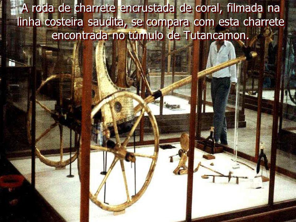 A roda de charrete encrustada de coral, filmada na linha costeira saudita, se compara com esta charrete encontrada no túmulo de Tutancamon.