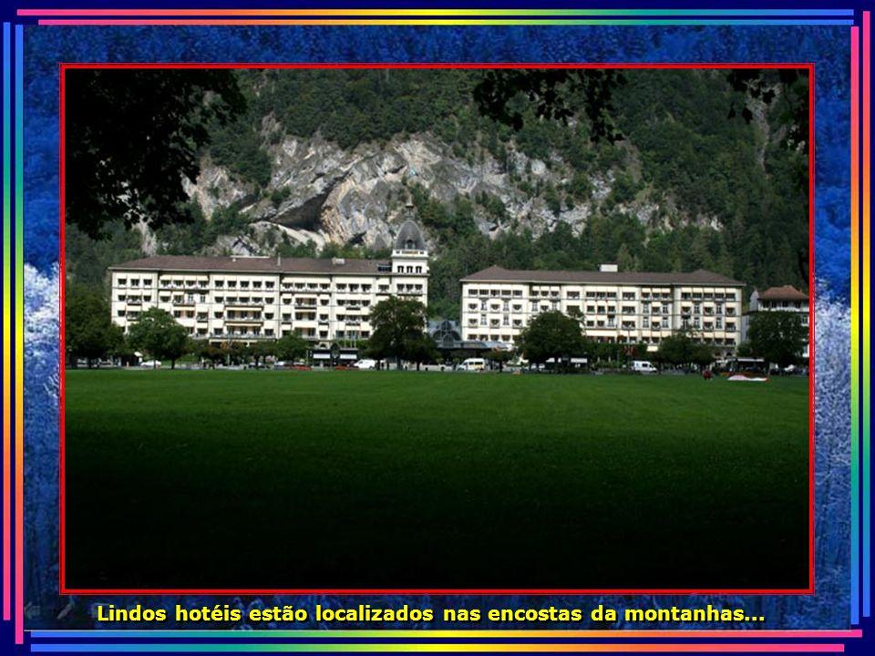 Lindos hotéis estão localizados nas encostas da montanhas...