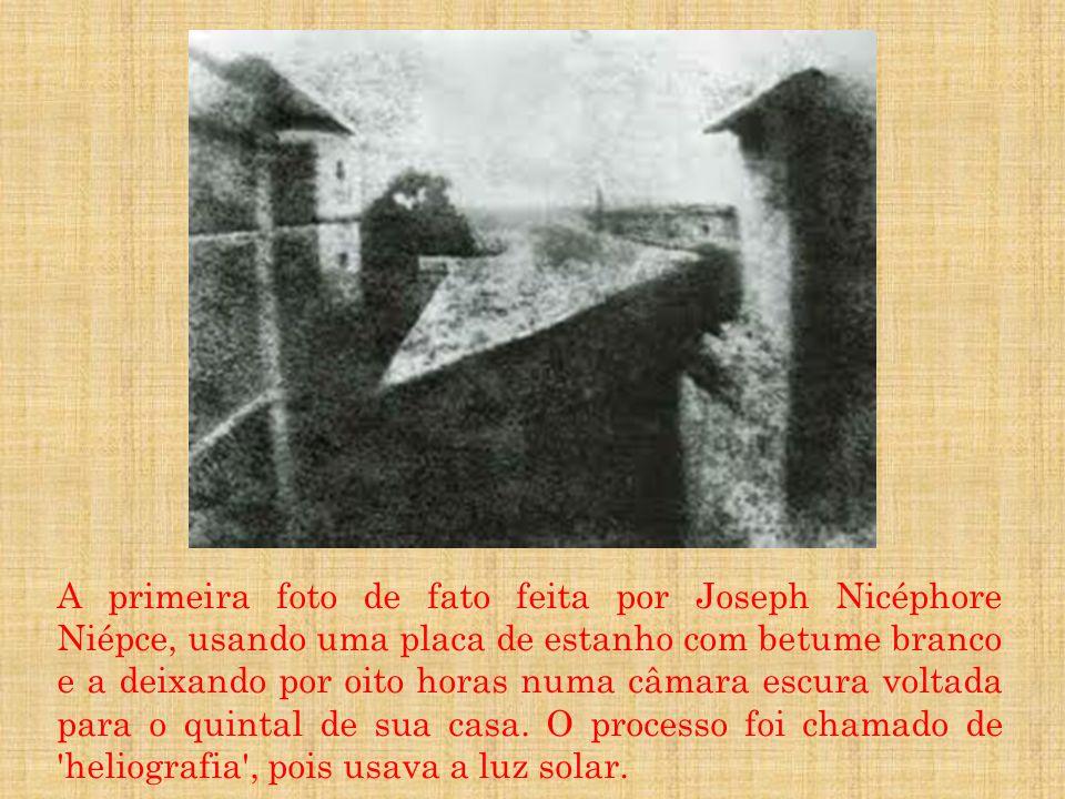 A primeira foto de fato feita por Joseph Nicéphore Niépce, usando uma placa de estanho com betume branco e a deixando por oito horas numa câmara escura voltada para o quintal de sua casa.