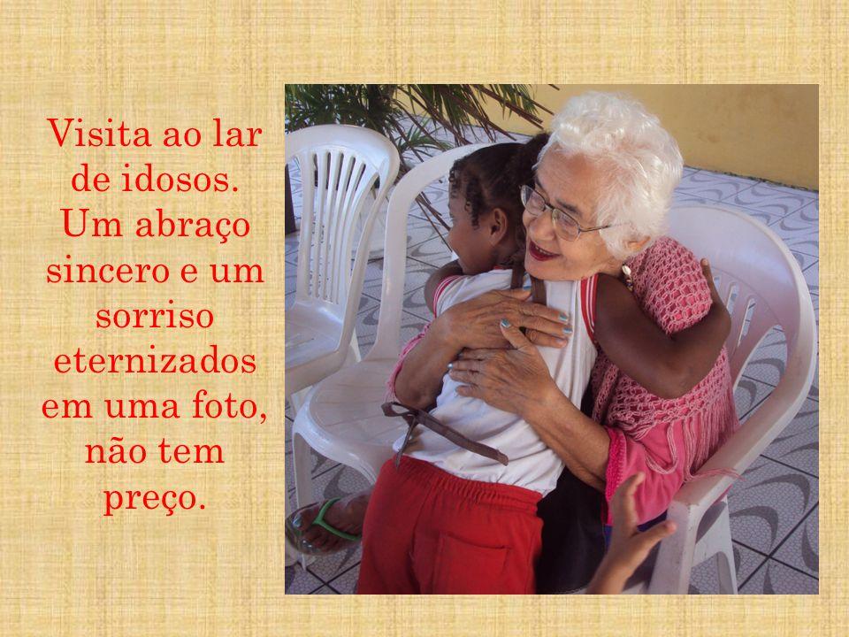 Visita ao lar de idosos. Um abraço sincero e um sorriso eternizados em uma foto, não tem preço.