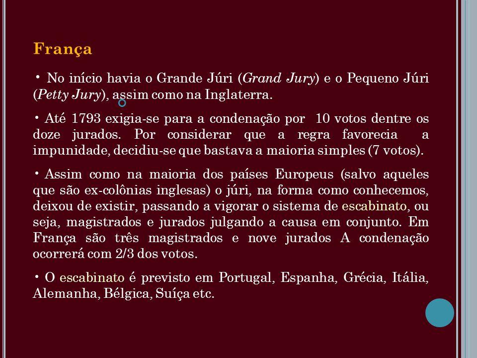 França No início havia o Grande Júri (Grand Jury) e o Pequeno Júri (Petty Jury), assim como na Inglaterra.