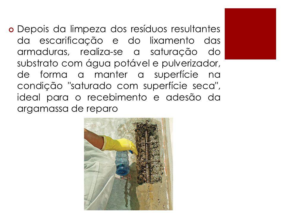 Depois da limpeza dos resíduos resultantes da escarificação e do lixamento das armaduras, realiza-se a saturação do substrato com água potável e pulverizador, de forma a manter a superfície na condição saturado com superfície seca , ideal para o recebimento e adesão da argamassa de reparo