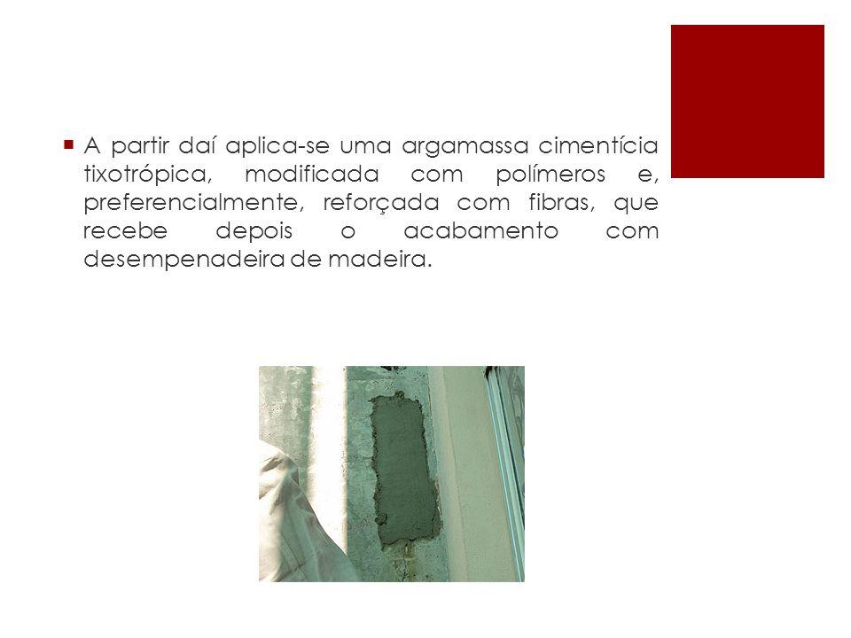 A partir daí aplica-se uma argamassa cimentícia tixotrópica, modificada com polímeros e, preferencialmente, reforçada com fibras, que recebe depois o acabamento com desempenadeira de madeira.