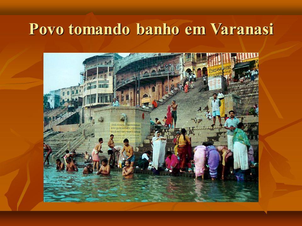 Povo tomando banho em Varanasi
