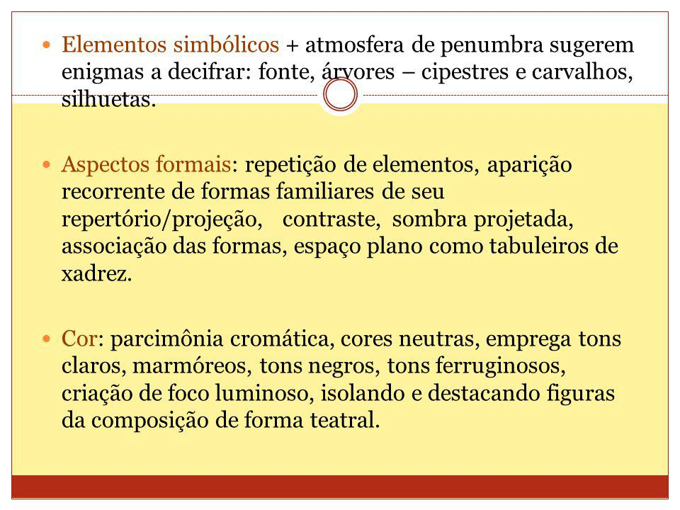 Elementos simbólicos + atmosfera de penumbra sugerem enigmas a decifrar: fonte, árvores – cipestres e carvalhos, silhuetas.