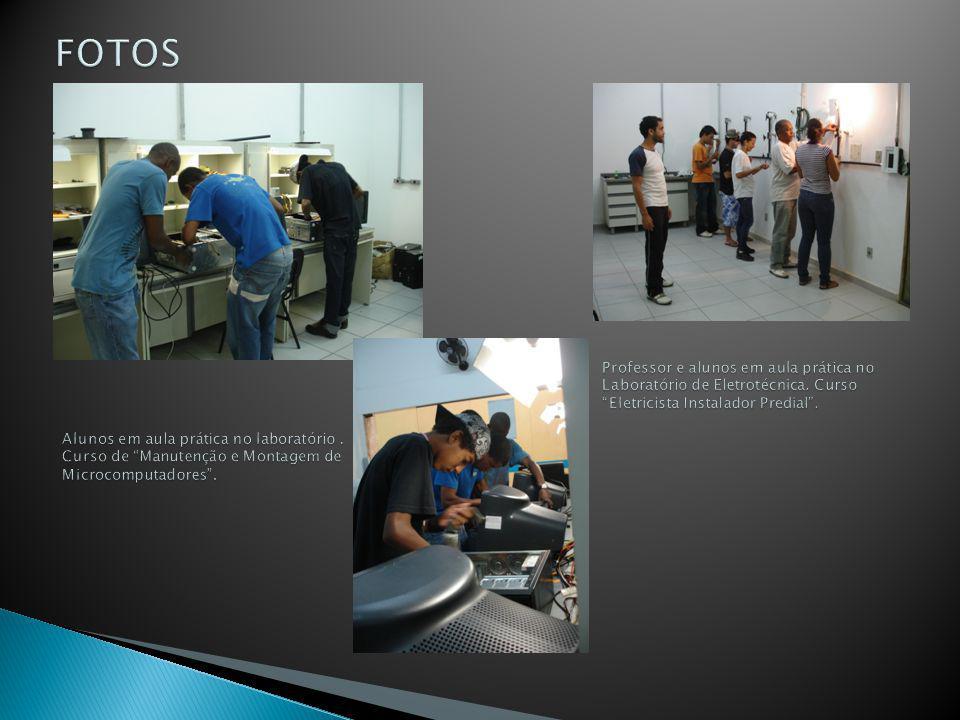 FOTOS Professor e alunos em aula prática no Laboratório de Eletrotécnica. Curso Eletricista Instalador Predial .