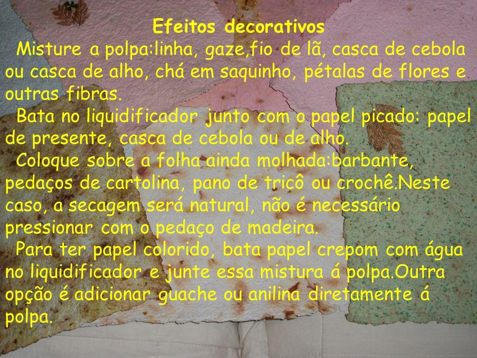 Efeitos decorativos Misture a polpa:linha, gaze,fio de lã, casca de cebola ou casca de alho, chá em saquinho, pétalas de flores e outras fibras.
