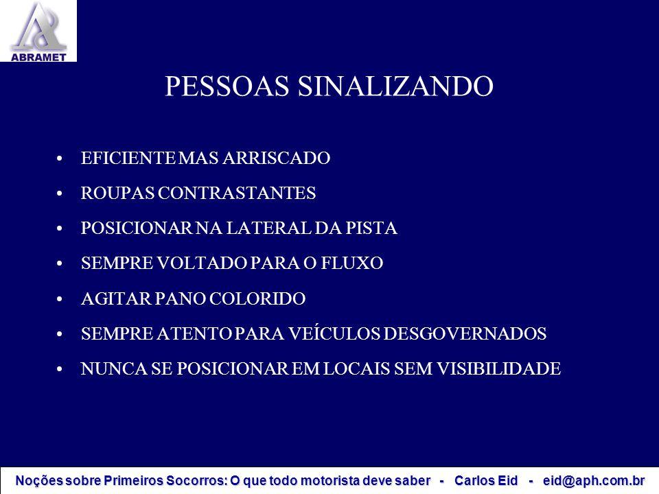 PESSOAS SINALIZANDO EFICIENTE MAS ARRISCADO ROUPAS CONTRASTANTES