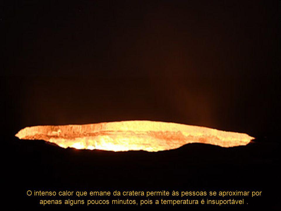 O intenso calor que emane da cratera permite às pessoas se aproximar por apenas alguns poucos minutos, pois a temperatura é insuportável .