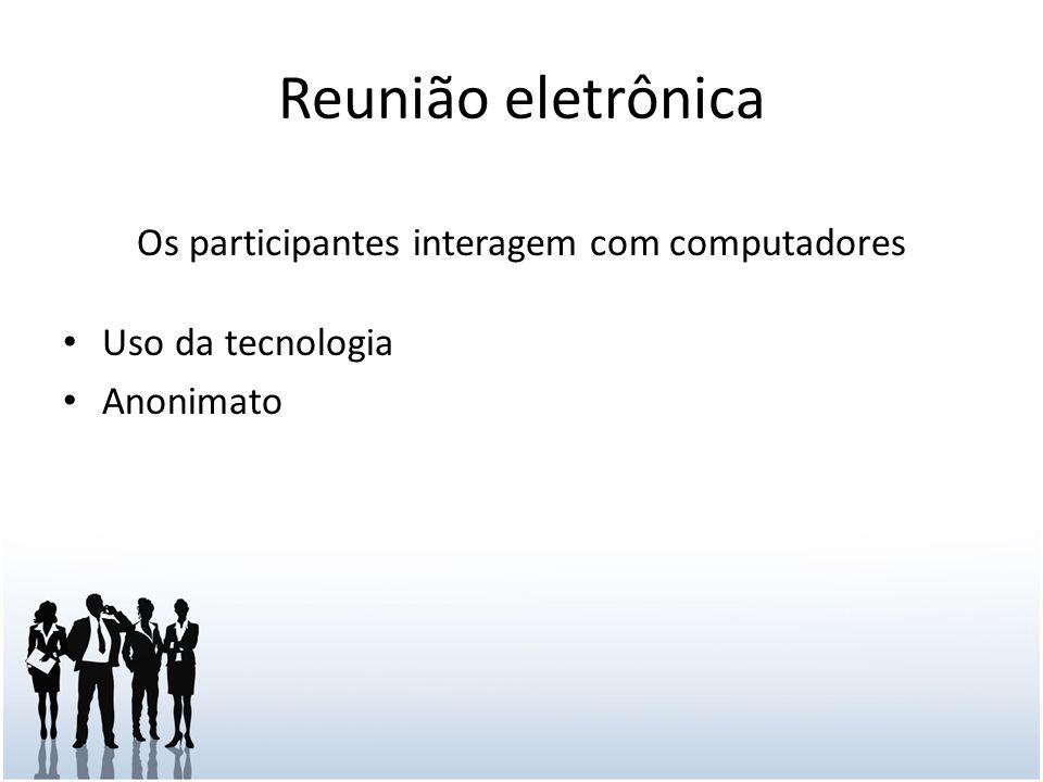 Os participantes interagem com computadores