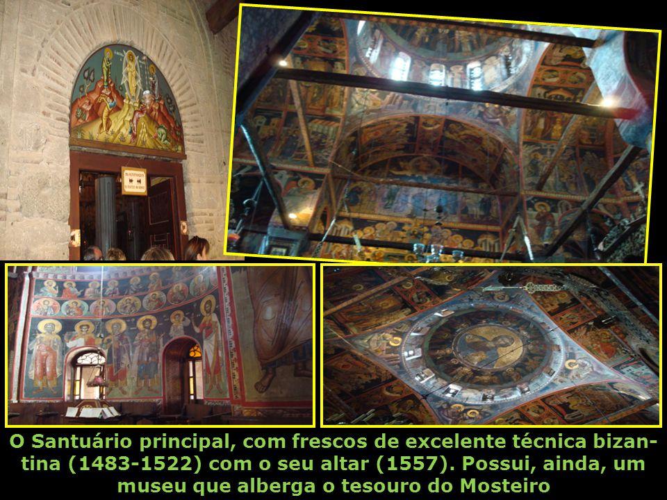 O Santuário principal, com frescos de excelente técnica bizan-tina (1483-1522) com o seu altar (1557).