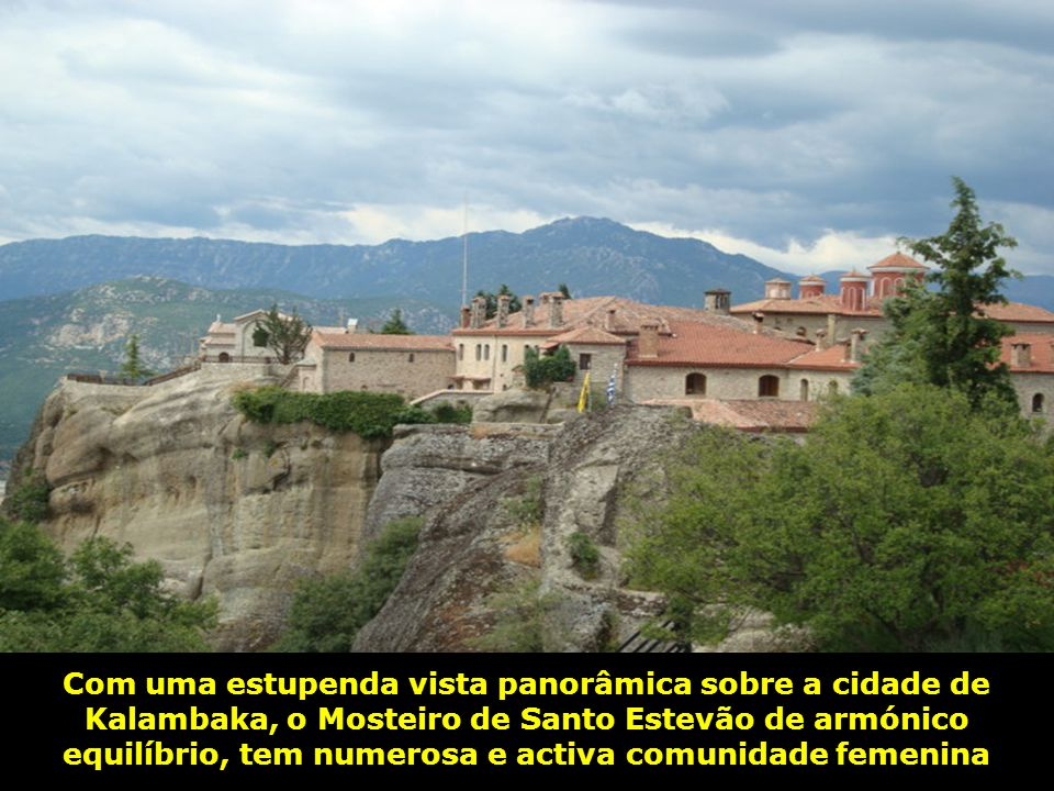 Com uma estupenda vista panorâmica sobre a cidade de Kalambaka, o Mosteiro de Santo Estevão de armónico equilíbrio, tem numerosa e activa comunidade femenina