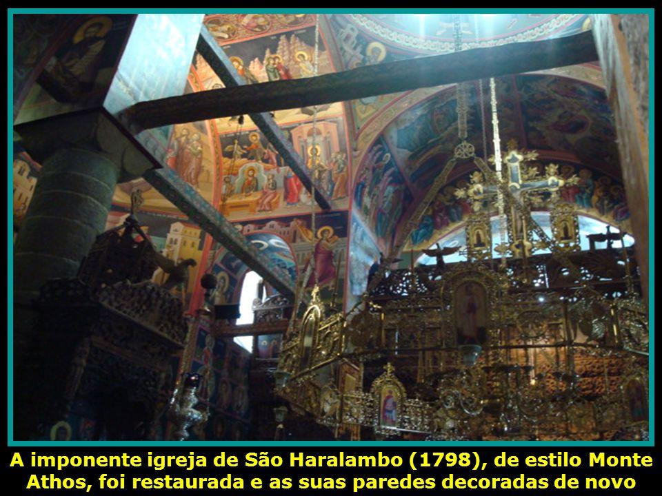 A imponente igreja de São Haralambo (1798), de estilo Monte Athos, foi restaurada e as suas paredes decoradas de novo